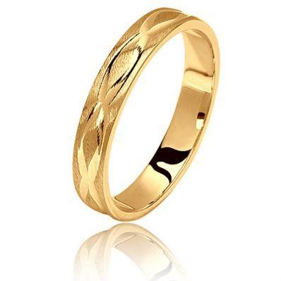 Alliance Comore en or jaune du joaillier Ponce. Réalisé en or jaune 9 ou 18 carats, cette création est ciselée avec des motifs en vague entrelacées.