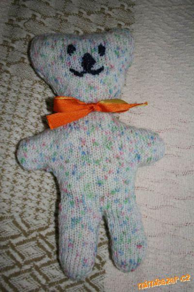 Na žádost vkládám návod na pleteného medvídka.<br>Výška je asi 22cm ( záleží na síle použité vlny). ...