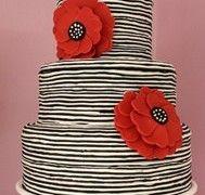 Siyah beyaz çizgili, kirmizi çiçekli düğün pastası