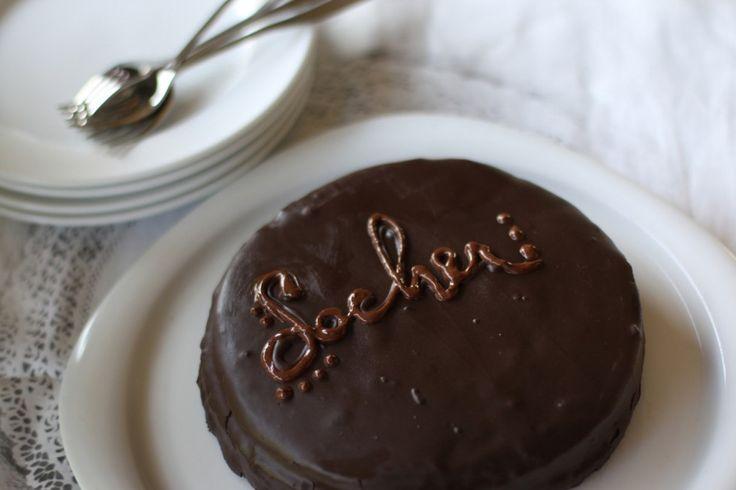 La torta sacher è una delle più famose torte al cioccolato. Puoi trovare la ricetta originale viennese della Sachertorte sul Cucchiaio d'Argento.