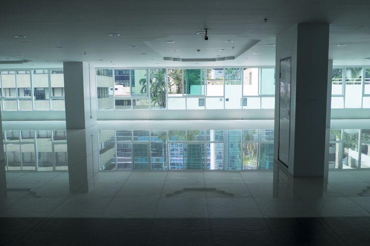 Empty space, water-like floor | Photo blog Poème Photographique, Laura Lee Moreau