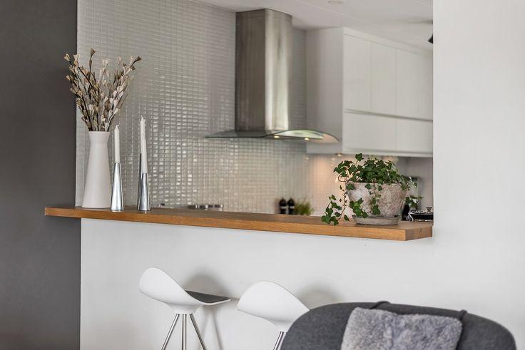 Bardisk mellan kök och vardagsrum