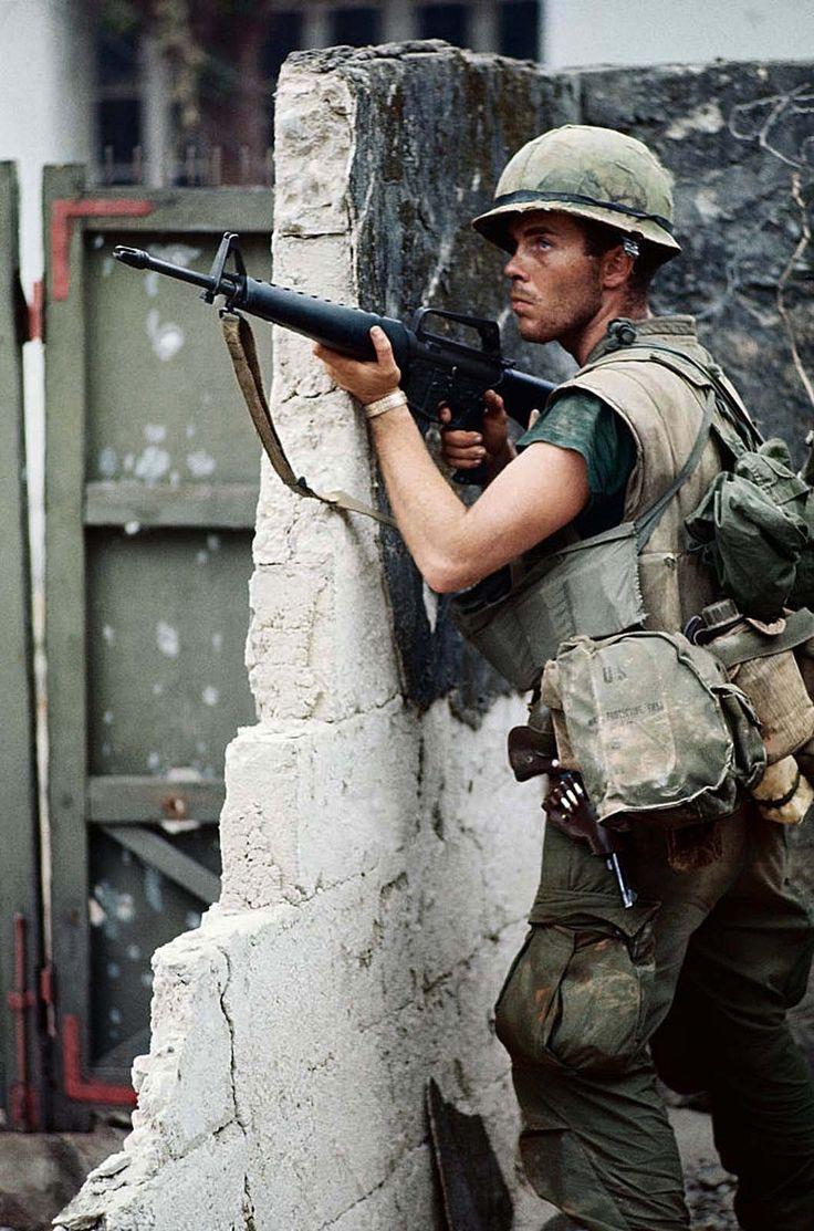 """enrique262: """" vietnamwarera: """"US Marine in Hue holding an XM16E1 and with a handgun on his hip, 4 February 1968. """" Infante de Marina de los EE.UU. sosteniendo un XM16E1 y con una pistola en la cintura, 4 de Febrero de 1968. """""""