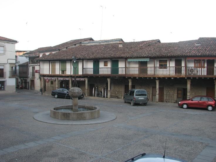 La Plaza Mayor de Cuacos con sus amplios soportales. Preciosa y acogedora.