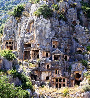 estas tumbas na Turquia foram cavadas em uma rocha há 6 mil anos. As construções ficam na antiga cidade de Myra, na região da Antália.