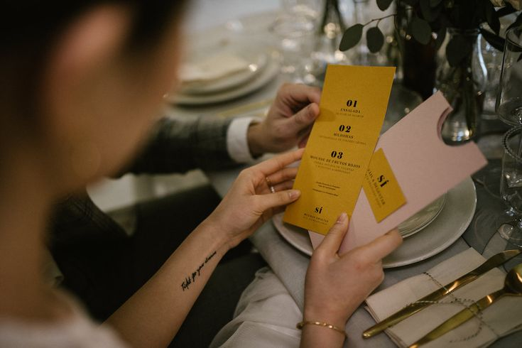 La tercera y minimalista colección de papelería de boda de Loveratory, 'Sí'. Fotografía by True Romance. #papeleríadebodas #minutasdeboda #menusdeboda #bodasíntimas #weddingstationery #stationery2018 #papeleríacreativa