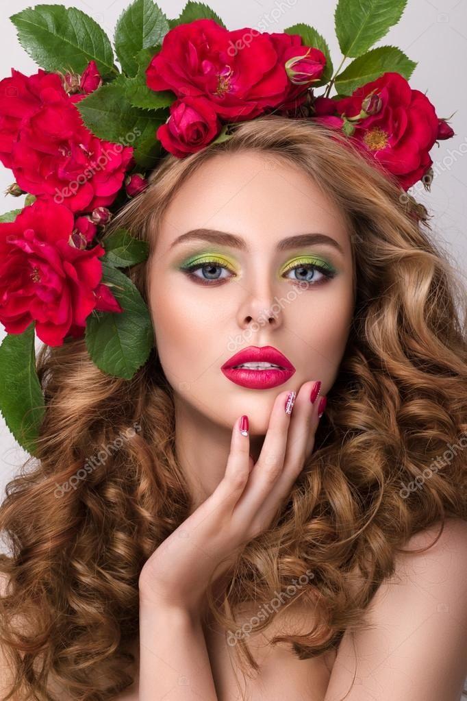 Close-up schoonheid portret van jonge mooi meisje met bloem krans — Stockbeeld #77897718