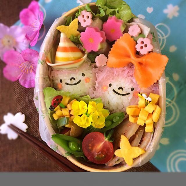 新学期のお弁当スタートです 金曜日で良かった 日曜日に私の実家近く、埼玉県幸手市権現堂の桜祭りに行って来ました。一面の菜の花と桜堤・・最高!!✨ 私の大好きな場所です☺️ 今日はその権現桜をイメージしたお弁当にしてみましたよ 菜の花1本しか入らなかったけど、笑 東京の桜ももう終わり・・寂しいなぁ ✳︎ピンクヘアー女の子と男の子おにぎり ✳︎豚の冷しゃぶサラダ ✳︎ともこちゃんのレンコンたらこ炒め ✳︎ピーマンきのこマヨポン ✳︎ぶどう、その他色々 ともこちゃん、食べ友お願いしまーす 今日も笑顔の一日を(◍⁃͈ᴗ•͈)४४४♡* - 316件のもぐもぐ - ゆっぴーઈ(◕ั◡◕ั)*゚*♡のお弁当『お花見行ってきたよ〜』 by kumi526