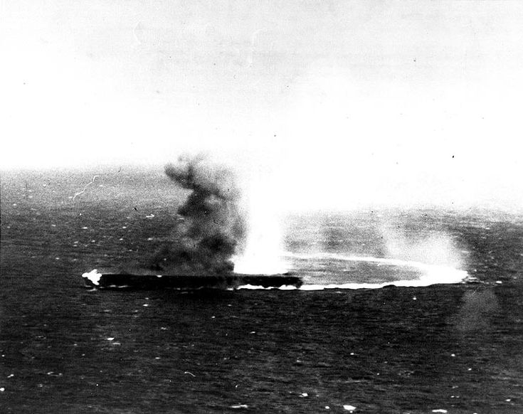 BattleCoralSea Shokaku g17031 - 珊瑚海海戦 - Wikipedia 爆撃を受ける翔鶴