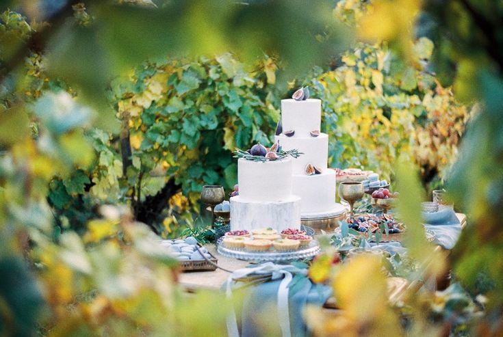 Mediterrán esküvői inspiráció. Olaszosan könnyed és elegáns. Esküvő a szőlőben. Sütik: Édes Panna
