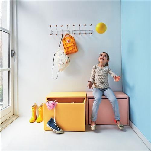 Flexa Play Opbergbankje 3-in-1 is een praktisch design product voor in de kinderkamer, keuken, slaapkamer en zelfs hal. Je kunt op het bankje zitten, speelgoed of iets anders erin opbergen of een nachtlamp of andere design accessoire erop zetten.