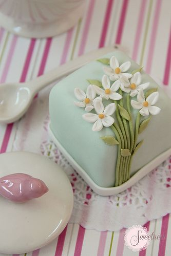 What a wonderful flavorful favor for a wedding or bridal shower! By Sweetness Cakes & Confectionery. Daisies mini cakes are so cute! www.sweetnessonline.co.uk