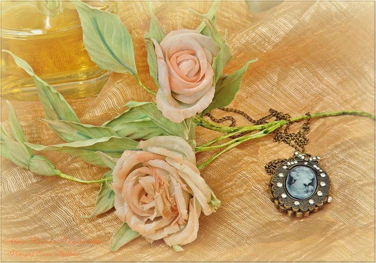 Веточка розы для украшения интерьера выполнена из ткани.