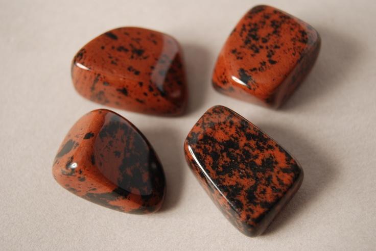 """El nombre de la OBSIDIANA deriva del latín lapis obsidianus, es decir, """"lapiz de Obsidius"""", por el nombre de Obsio, que fue quien lo descubrió en Etiopía. La obsidiana no es un mineral propiamente dicho, sino una roca vítrea con un elevado contenido de sílice. En la época precolombina los pueblos que habitaban en los territorios de América fabricaban una de sus más famosas armas, la macana, con puntas afiladas de obsidiana en los laterales."""