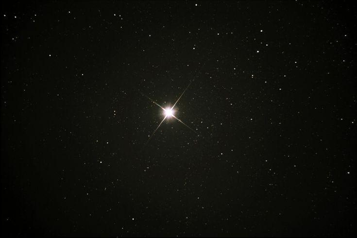 CIudadanía como una membresía, esta se refiere a que el ciudadano es un miembro activo de la clase política, totalmente involucrado. Yo lo comparo con una estrella en una galaxia. No es un cometo, un asteroide que va y viene por el universo, sino que la estrella gira alrededor del centro galáctico (gobierno) y ejerce poder gravitatorio a los objetos que orbitan alrededor de él (esferas más cercanas) además que delinea la forma de la galaxia (país)