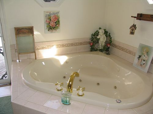 the jacuzzi tub for two that ethan and becca shared on their romantic trip