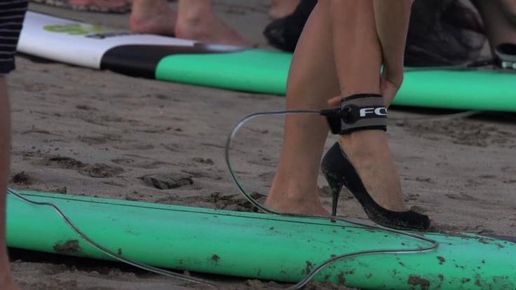 Des filles font du surf en talons hauts sur sport-extreme-videos.com !