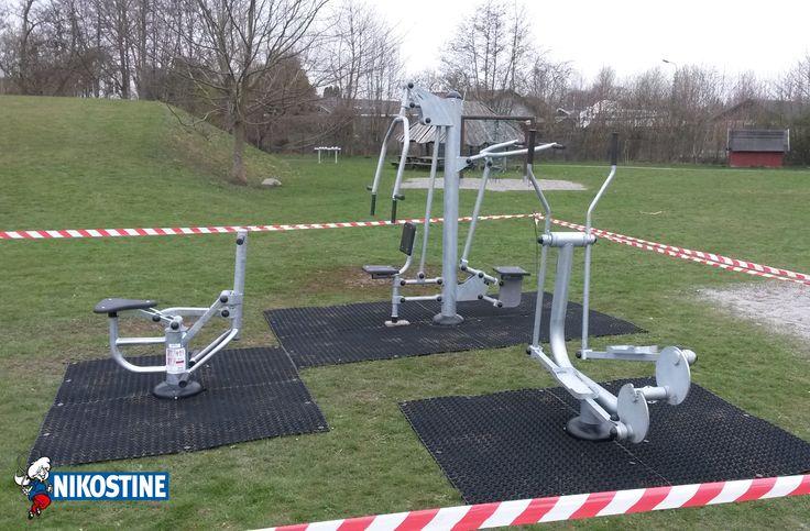 Crosstrainer udendørs fitness redskab fremstillet af galvaniseret stål med 10 års garanti. Fitnessmaskinen træner benmuskler, torso muskler, hofter, knæ og hjertekarsystem. Crosstrainer fitness maskinen er udført i enestående kvalitet. Den er lavet i kraftigt stål. stålkonstruktionerne er komplet varmgalvaniseret og er yderst vejrbestandige. Maskinen kan eksempelvis opstilles på græsarmeringsmåtter eller granolatplast. | #Træning #Fitness #Fitnessudstyr #Træningsmaskiner #Udendørsfitness
