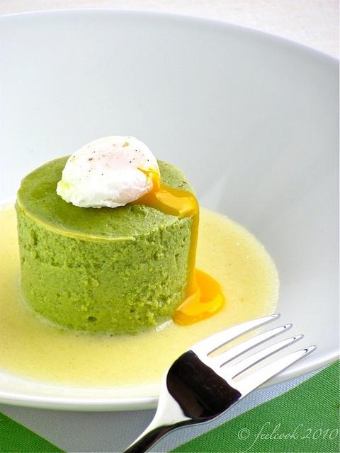 Sformatino di asparagi con fonduta e uovo pochè
