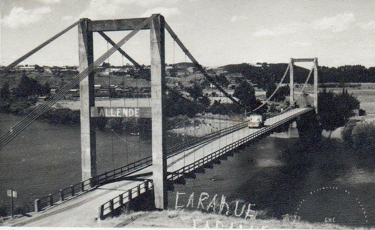 Galería Histórica de Carahue. Puente Colgante de Carahue, década del 70. Gentileza: Trinidad Pereira.  #ghc #carahue #memoria #patrimoniofotografico