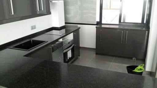 Cocina entregada acabado de granito negro mesetas de for Decoraciones de marmol y granito