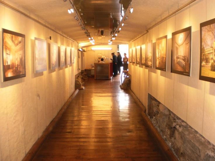 Pasillo con cuadros de la historia de Santiago