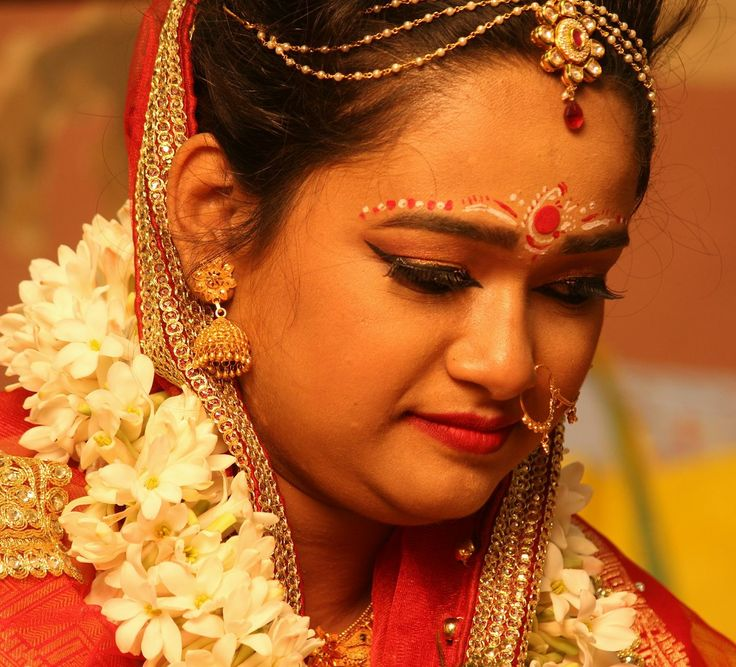 Bengali Bride #bengalibride #indianbengalibride #bride #bindi #jewellery #kolkatabride