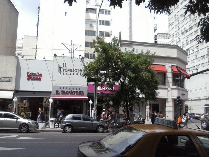 Carteles de nomenclatura urbana. ¿Los pueden ver? Están casi dentro de la copa del árbol. Av. Rivadavia y Ángel M. Gimenez - CABA - Argentina