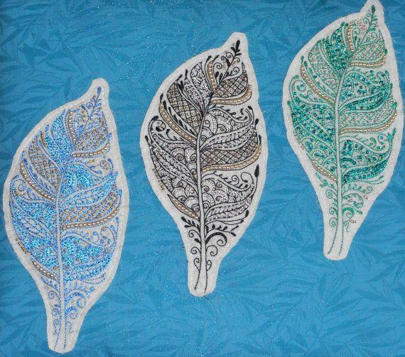 Bonjour,  Je vous propose ce tableau dart textile brodé au crochet de lunéville perlé et pailleté.  Il mesure 31 cm X 29 cm environ.  Ce