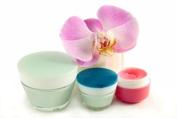 Cómo hacer vaselina casera. La vaselina es un producto que tiene múltiples aplicaciones y usos en nuestro día a día. Es un ingrediente utilizado tanto en productos cosméticos, cremas hidratantes, maquillajes o bálsamos labiales,...