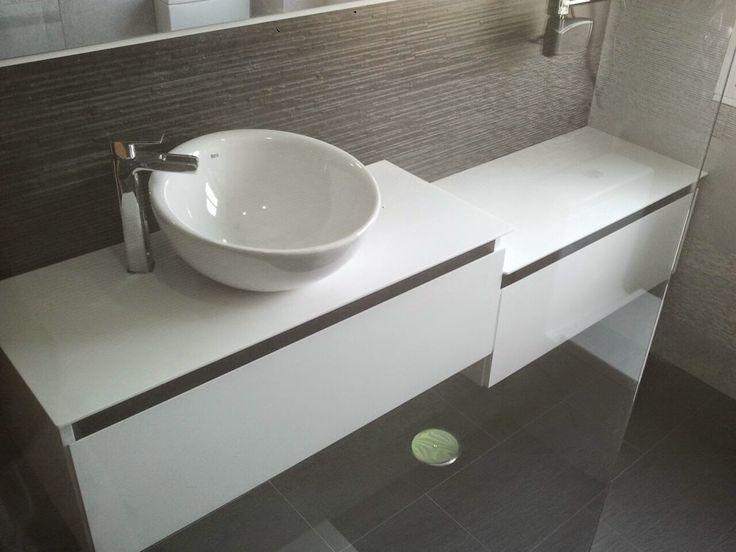 mueble de bao a medida suspendido lacado en blanco con uero en negro gavetas