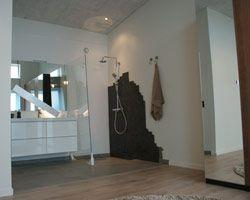 RØDT HUS badeværelse med spændende bruseniche