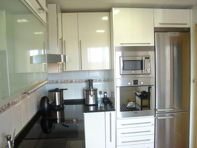 #diseño de #cocinas Diseño de cocinas en Grinon Atenas blanco encimera granito negro #griñon #madrid