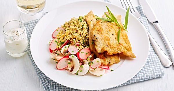 Kalkoenlapjes met salade van radijzen en champignons en quinoa met verse kruiden