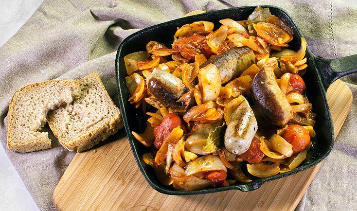 Biała Kiełbasa Duszona W Pomidorach I Cebuli | SMAKI REGIONU