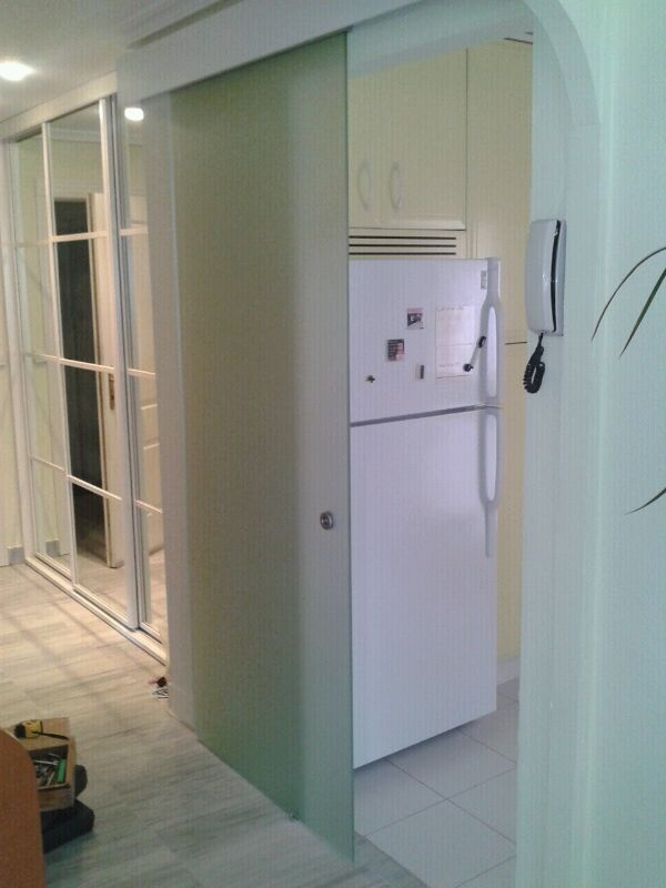 puerta de cristal templado corredera colgada con galera lacada blanca