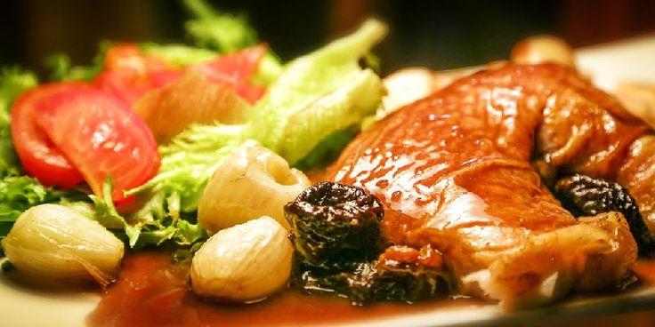 Helstekt kylling med rødvinsky - Helstekt kylling serveres med god rødvinssky.