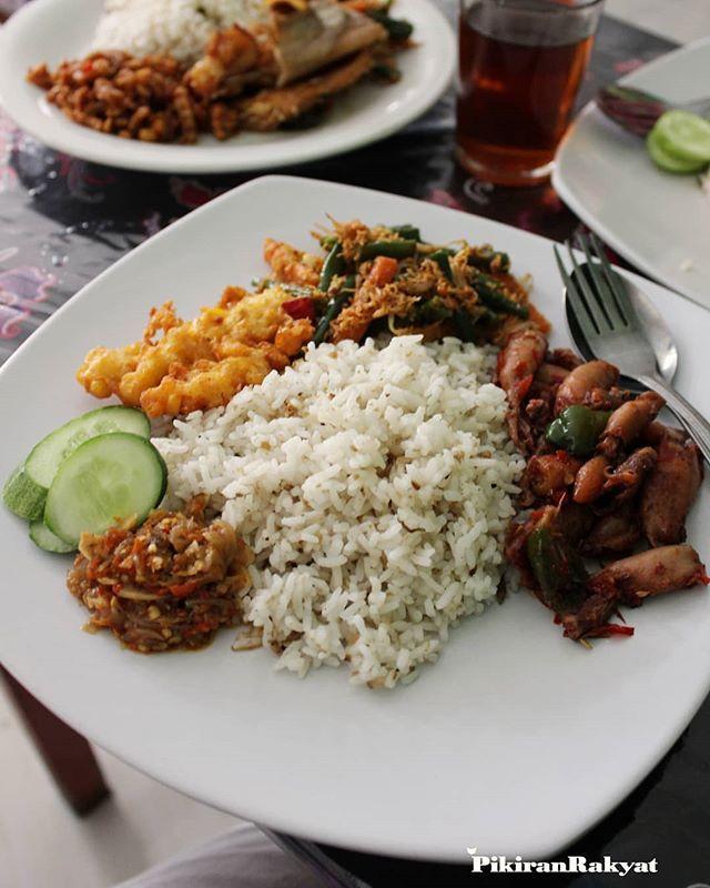 Pin Di Tempat Makan Khas Di Bandung