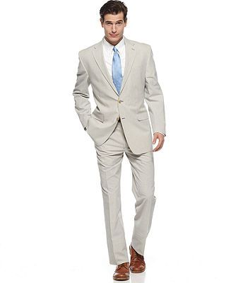 Pick a blue seersucker suit for a classic look. Traditionally, seersucker suits are blue-and-white striped. Go for this option if you want a simple summer feel or plan to wear your seersucker at a formal occasion.