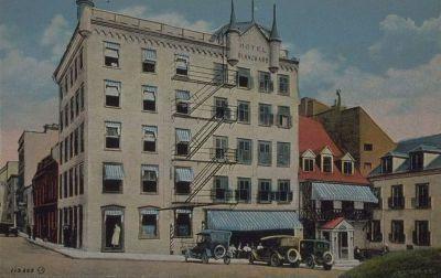 Carte postale représentant l'Hôtel Blanchard dans les premières décennies du XXe siècle (Blanchard Hotel, Quebec, Canada, Valentine-Black Co., Limited, 19--, BAnQ, Collection numérique, CP 3216 CON).