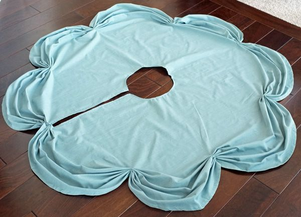 DIY xmas tree skirt made from a round table cloth