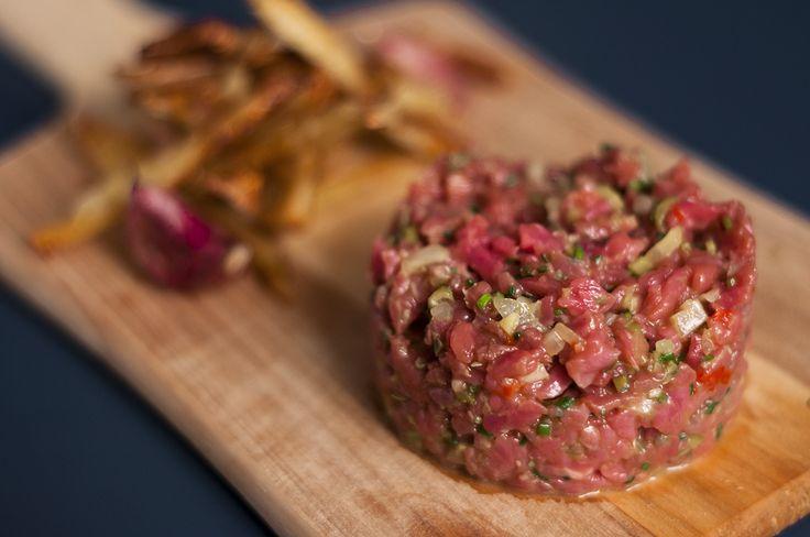 Uma receita maravilhosa e prática é o steak tartare! Boa para tomar com vinho ou cerveja e comer com torradas ou acompanhada de batata frita!