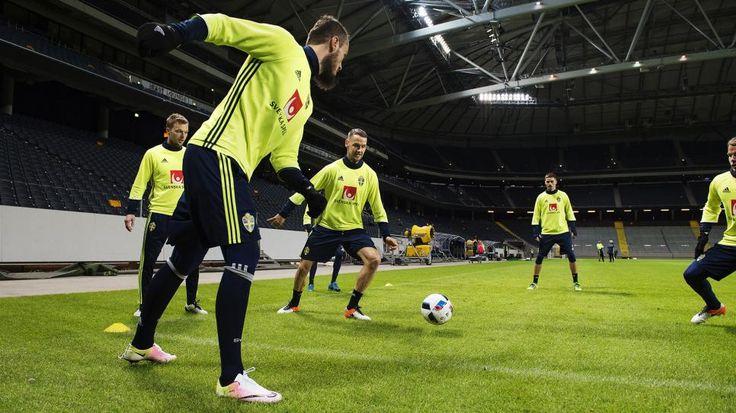 Emir Kujovic blev pappa till en dotter i natt och Patrik Carlgren kallades in som ersättare för magsjuke Andreas Isaksson. – Han kommer först i kväll, säger landslagets presschef Niklas Bodell om Isaksson.