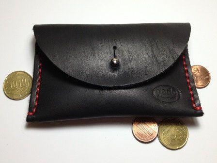 Esta billetera de cuero puede ayudarle a mantenerse organizado y tiene un espacio mínimo en el bolsillo.  Es capaz de sostener hasta 10 tarjetas de plástico o sobre tarjetas de 15-20 o doblado efectivo. Billetera de cuero está acabada con un remache de metal fuerte, níquel color/color antiguo.  Medidas: abrir - 5.3 de ancho, 4.5 de alto, 0,2 de grosor (13.5x11.5x0, 5 cm) cerrado - 3 de ancho, 4.5 de alto, 0,8 de grosor (7.5x11.5x2 cm)  Esta billetera de cuero está disponible en 6 colores...