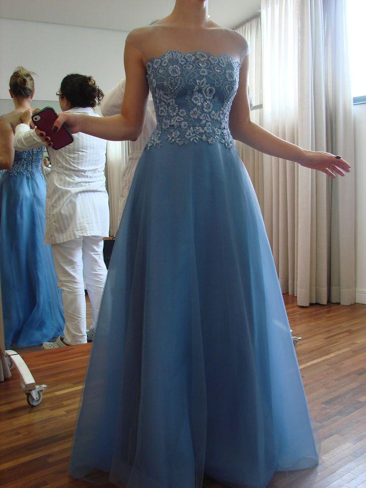 Vestido sob medida - ateliê Esther Bauman/Acquastudio  Vestido sob medida azul com corset de renda bordada e saia godê de gazar e tule.