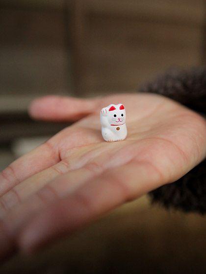 the beckoning figure of a cat. ---豪徳寺:招福猫(豆)