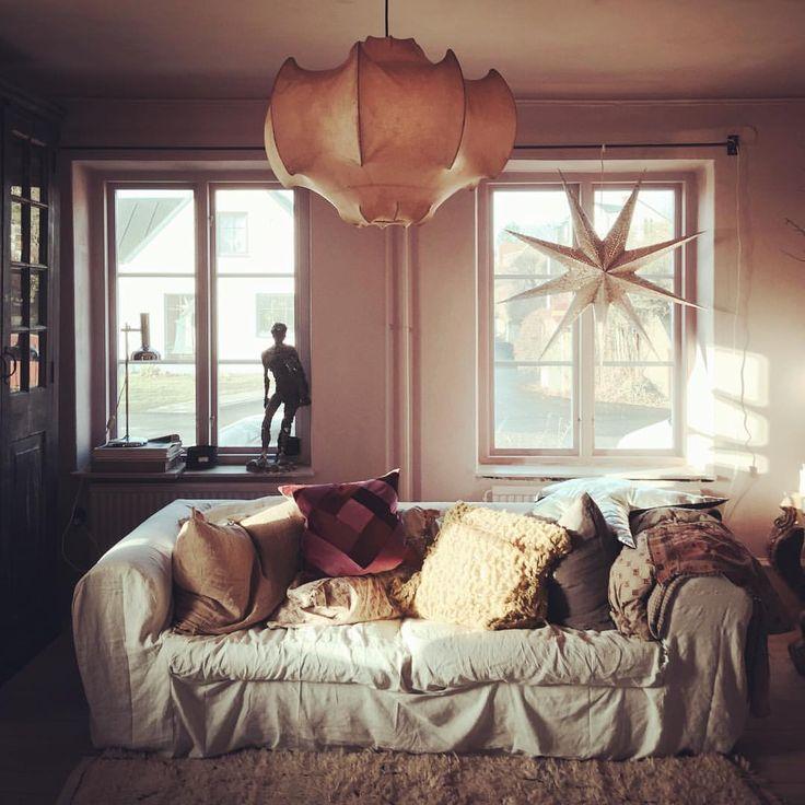 Vårt rosa rum.. Som jag har brottats med just detta rum.. Nu kommer vi att måla om igen och det kommer att bli jättefint! Kanske blir det perfekt:) Kakelugnen vi satte in är handslagen kanarie gul 1700 tal - underbar!!! Men det blev lite för mkt Pippi Långstrumpa feeling ( jag gillar henne men hon behöver ej ha ett eget rum hemma hos oss ) ... Just nu är vi jätte lata ... O det får man vara i denna del av världen när det mörknar så fort det sista barnet - tonåringen behagar gå upp…