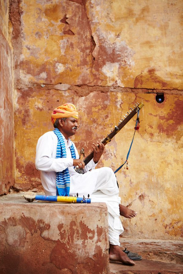 A musician playing a traditional Indian instrument at the Amber Fort, Jaipur (India).