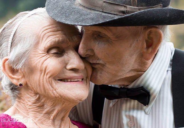 O casamento do Srº Lázaro, de 95 anos, e da Dona Guiomar, de 86, é a prova de que o amor não envelhece. Juntos há mais de 70 anos, ambos garantem que o amor continua presente, e que não sabem como viveriam um sem o outro. Ao longo dos anos, o casal conta que precisaram superar muitas adversidades, mas nunca pensaram em desistir. Hoje, possuem uma família linda e numerosa, com 10 filhos, 16 netos, 12 bisnetos e 1 tataraneta. E para celebrar essa união, uma das netas do casal, Anna Paula Vilas…