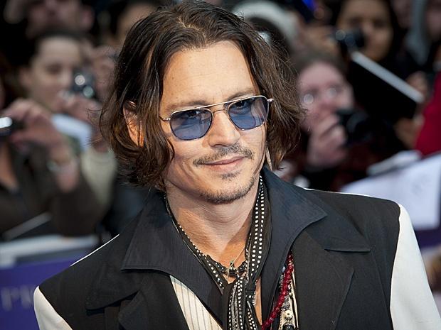 Johnny Depp brilha como vampiro na estreia de 'Sombras da noite'